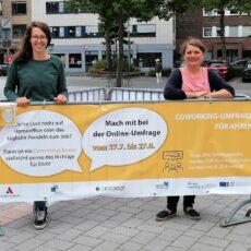 18.08.2021: Austausch zum Thema Coworking: Meike und Linn auf dem Ahauser Rathausplatz